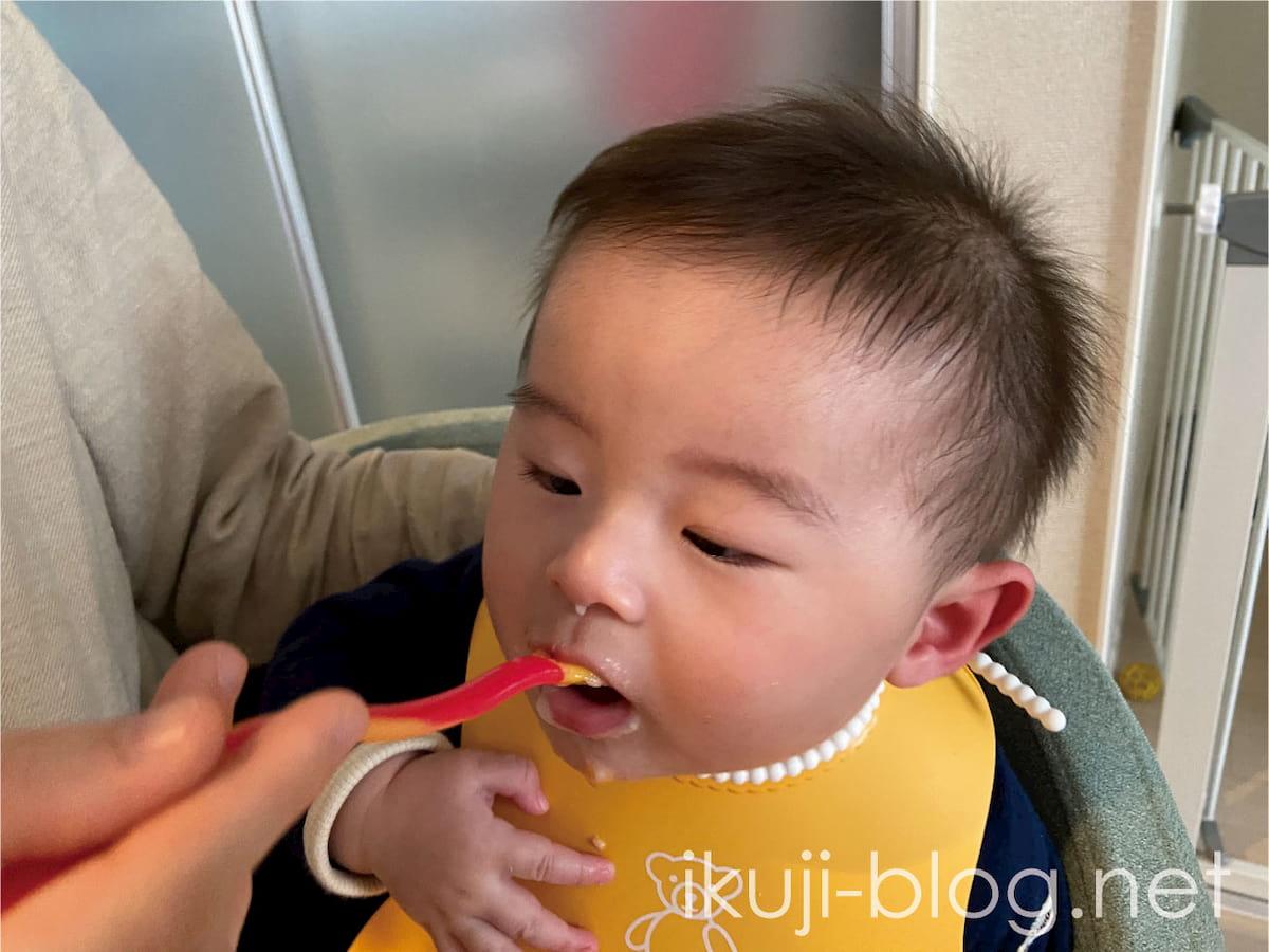 離乳食のにんじんを食べる赤ちゃん