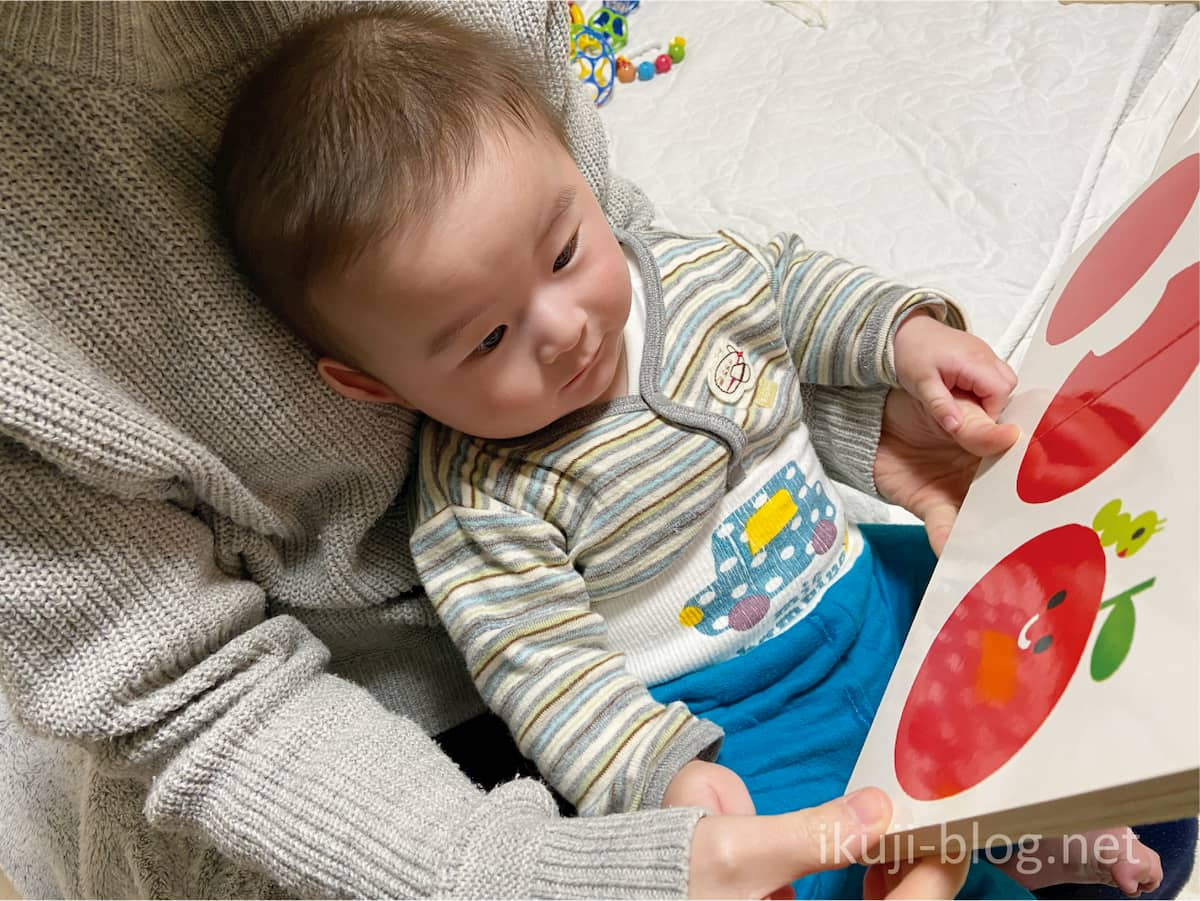 あかあかくろくろを赤ちゃんに読み聞かせる様子
