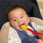 離乳食スプーンを口に入って笑う赤ちゃん