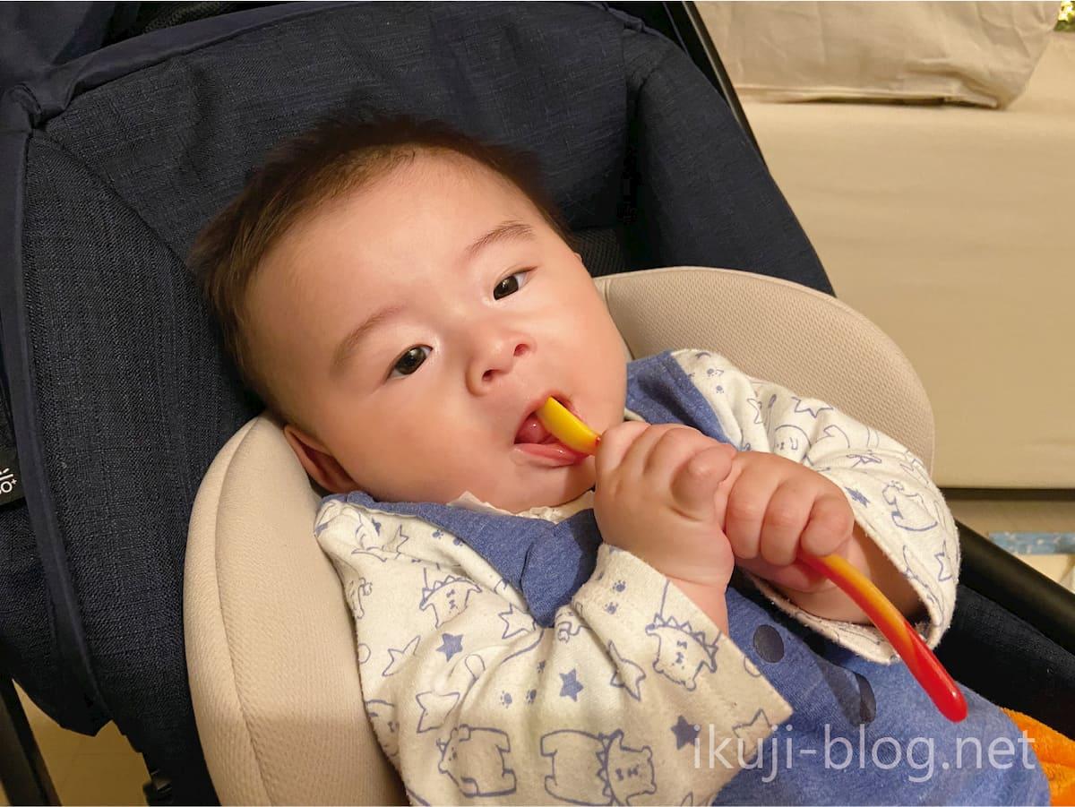 離乳食スプーンを赤ちゃんの口に入れる