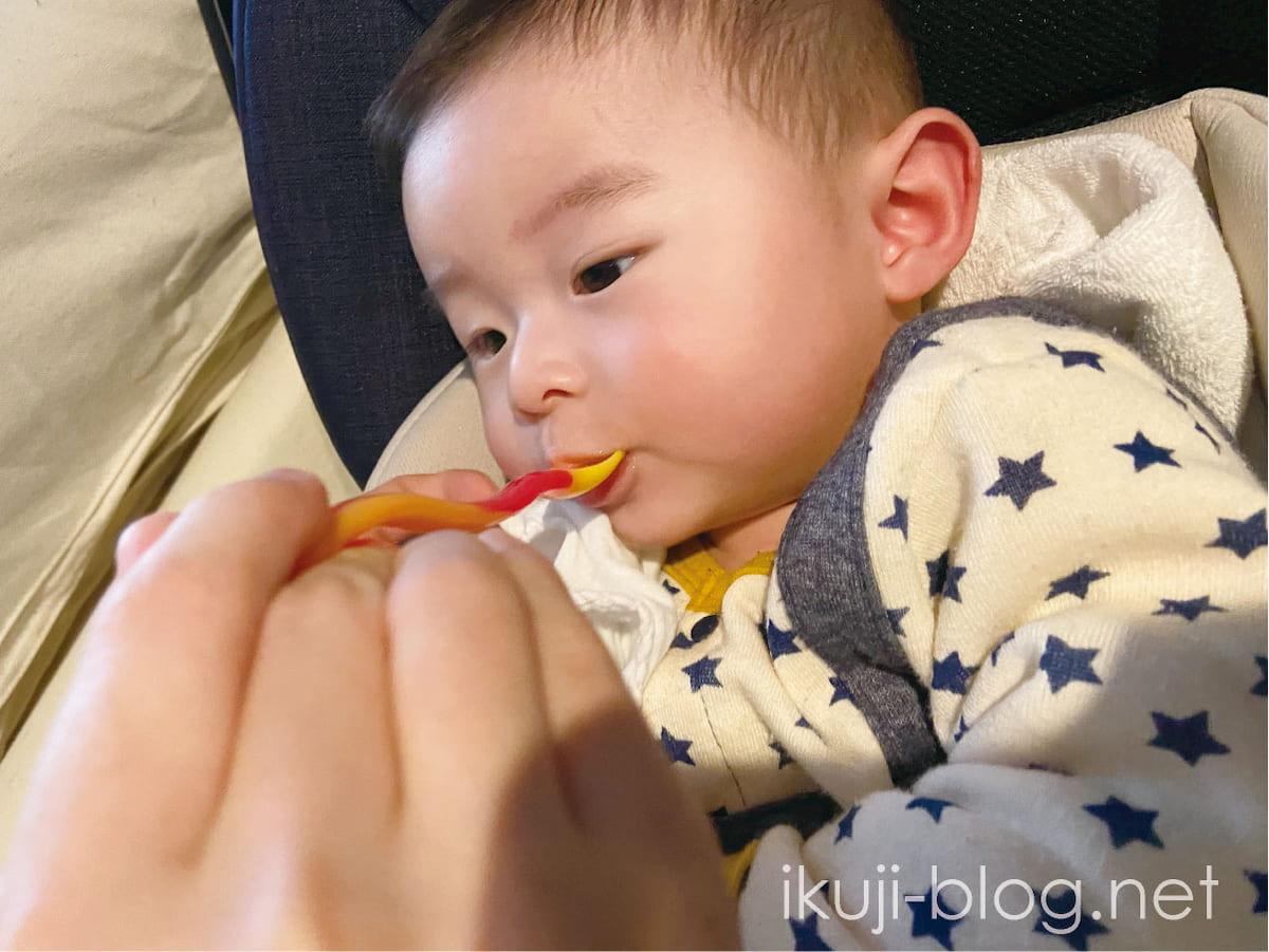 スプーンが口に入って口を閉じる赤ちゃん