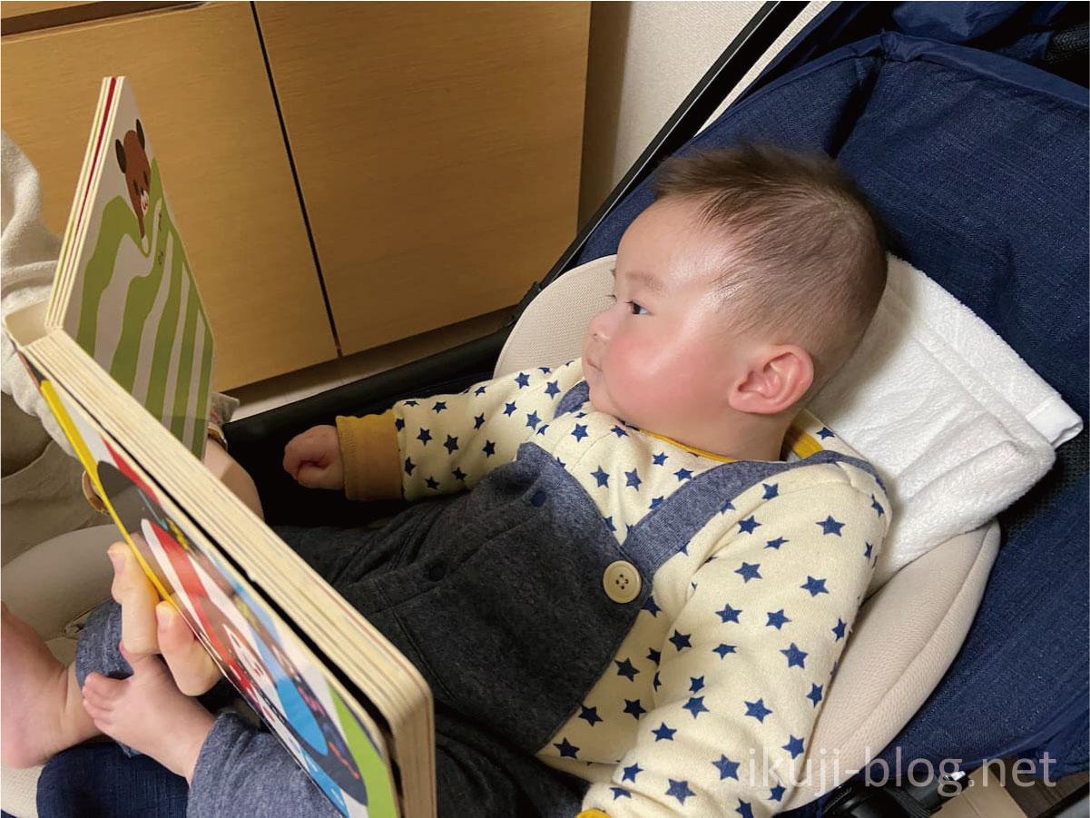 しましまぐるぐるを赤ちゃんに読み聞かせる様子