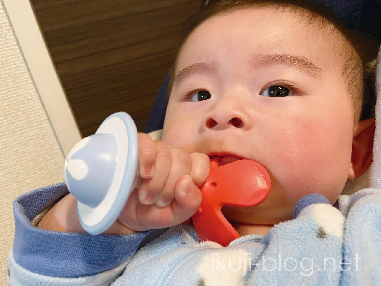 ピジョンの歯がためを噛む赤ちゃん