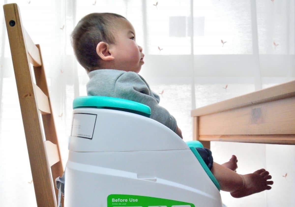 大人用の椅子の上に置いた離乳食用の椅子