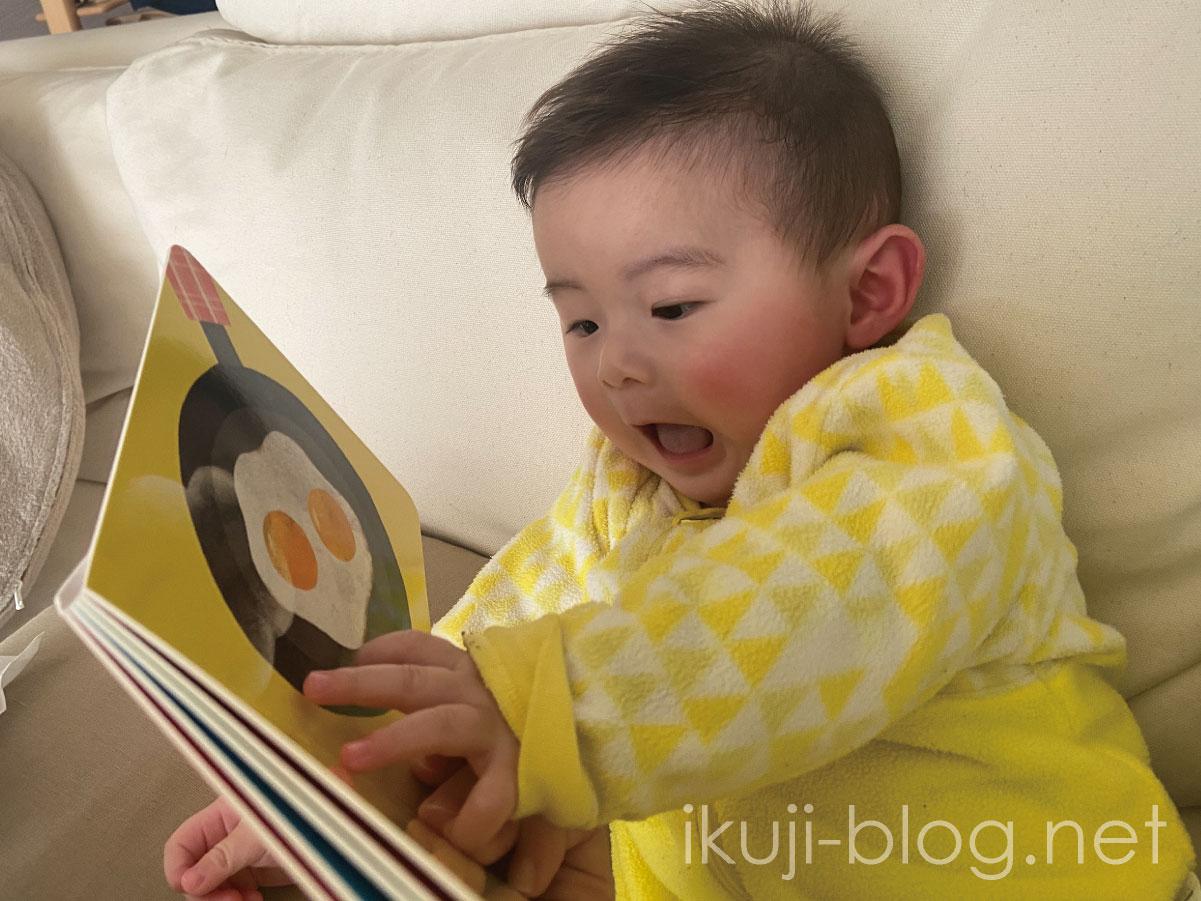 ダイソーの絵本に反応を示す赤ちゃん