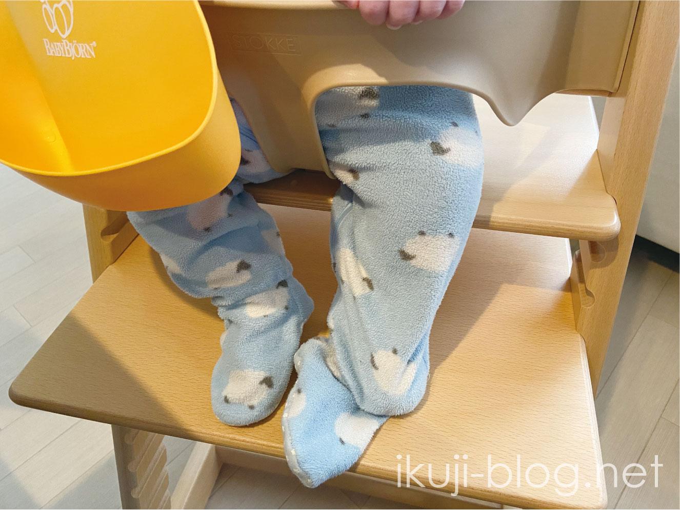 足の裏をトリップトラップの板につける赤ちゃん