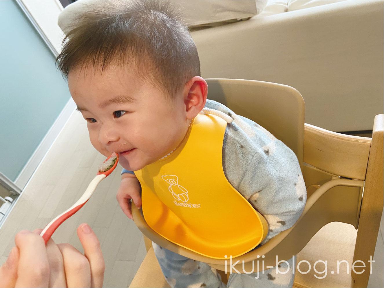 トリップトラップで笑顔で離乳食を食べる赤ちゃん