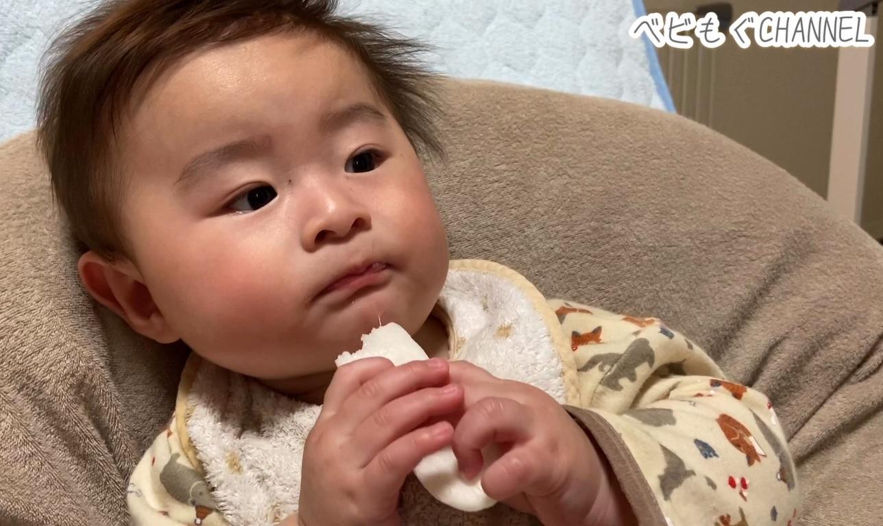 ハイハインを食べる生後7か月の赤ちゃん